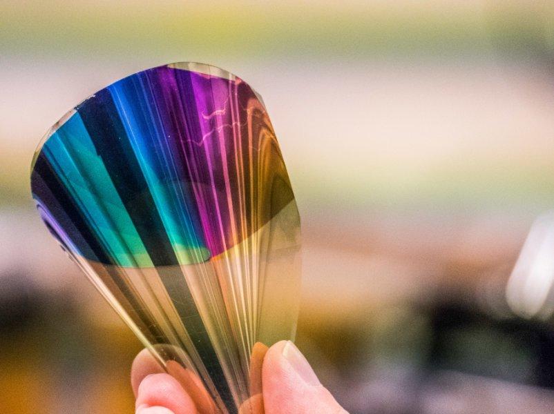 Создан прототип новой электронной бумаги, гибкой иполноцветной.