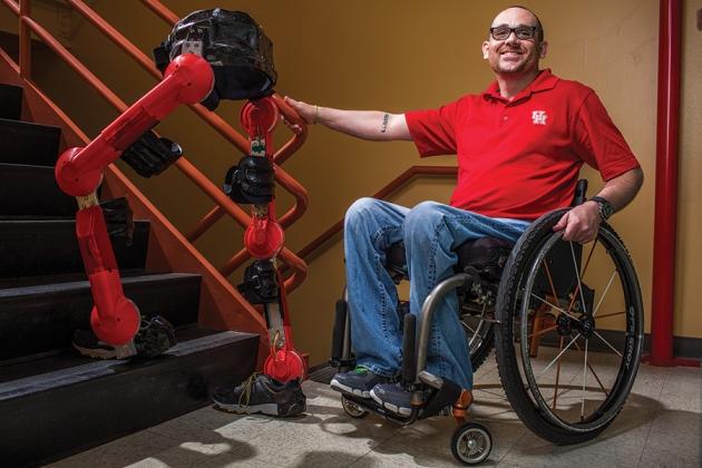Мэтт Стандридж (Matt Standridge) будет пилотировать наКибатлоне управляемый неинвазивным интерфейсом мозг— компьютер экзоскелет, разработанный вХьюстонском университете (University of Houston)