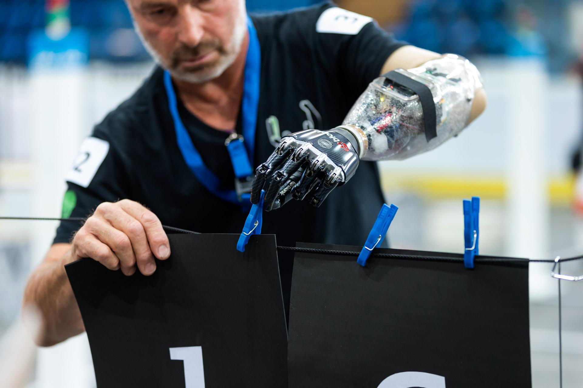 Одно из соревнований обладателей ручных протезов наКибатлоне вШвейцарии, виюле 2015 года