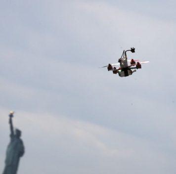 Чтобы дроны летали дольше, надо научиться заряжать их без проводов