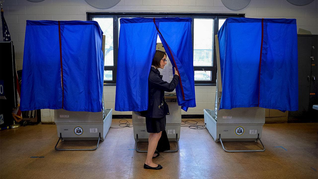 Избирательница укабинки для голосования.