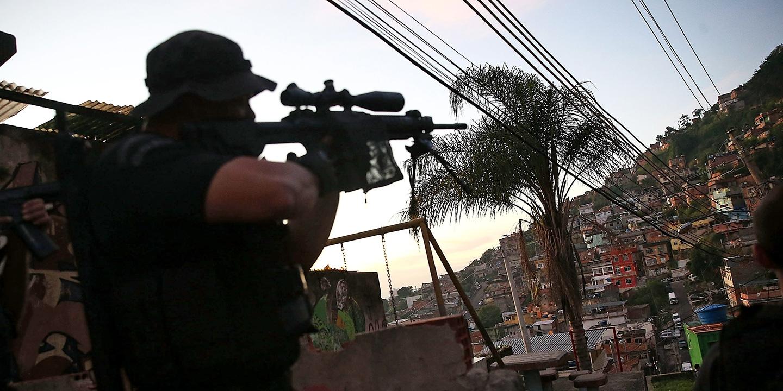 Офицер бразильского спецназа во время операции вфавелах.