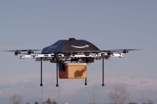 Амазоновский дрон несёт груз