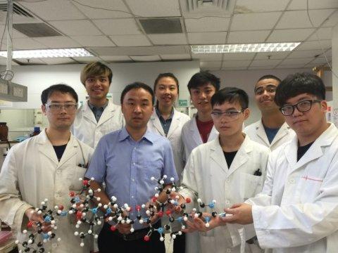 Доктор Сюэчень Ли (второй слева впервом ряду) иего команда исследователей теиксобактина