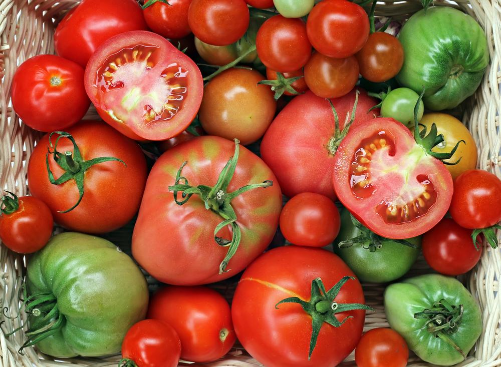 Чем краснее плод, тем он спелее, вкуснее ипитательнее. Возможно, понимание этого заложено внас науровне «Базовой прошивки».