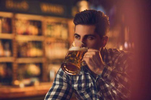 Исследователи полагают, что умеренное потребление алкоголя может замедлять снижение уровня «хорошего» холестерина