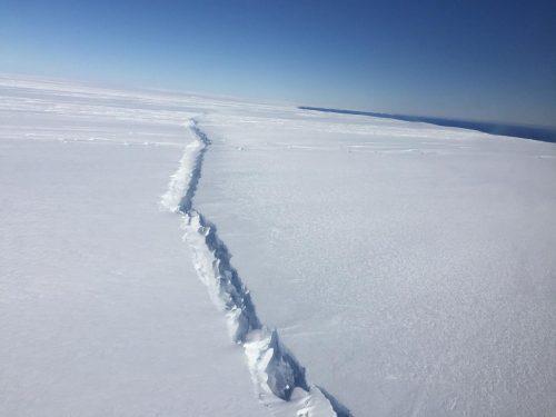 Трещина наострове Пайн-Айленд, фото от 4 ноября 2016 года. Это уже второй трещина, образовавшаяся вцентре шельфового ледника за последние 3 года.