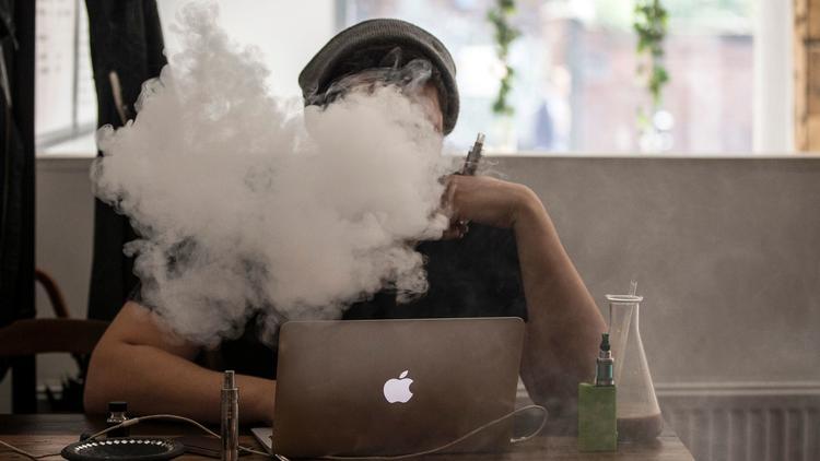 Подростки-вейперы чаще начинают курить обычные сигареты