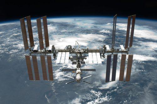 Почему непадает МКС, астанция «Мир» упала?