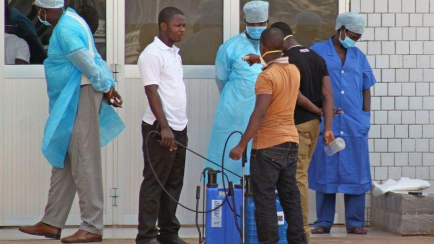 Медицинский персонал вожидании пациентов сподозрением налихорадку Эбола. Гвинея, Африка.