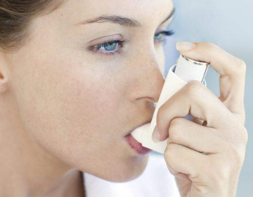 К известным факторам риска развития астмы относят курение иизбыточный вес.