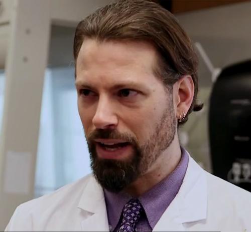 Нейтан Лентс, руководитель исследования посмертного изменения состава микробиоты.