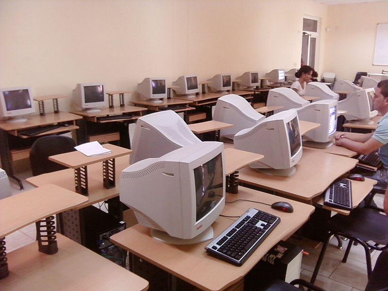 Доступ кИнтернету для кубинцев предоставляется через государственные интернет-клубы икафе