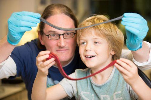Физик Джонатан Коулман иновый материал G-putty. Рядом— его сын с«умным пластилином».