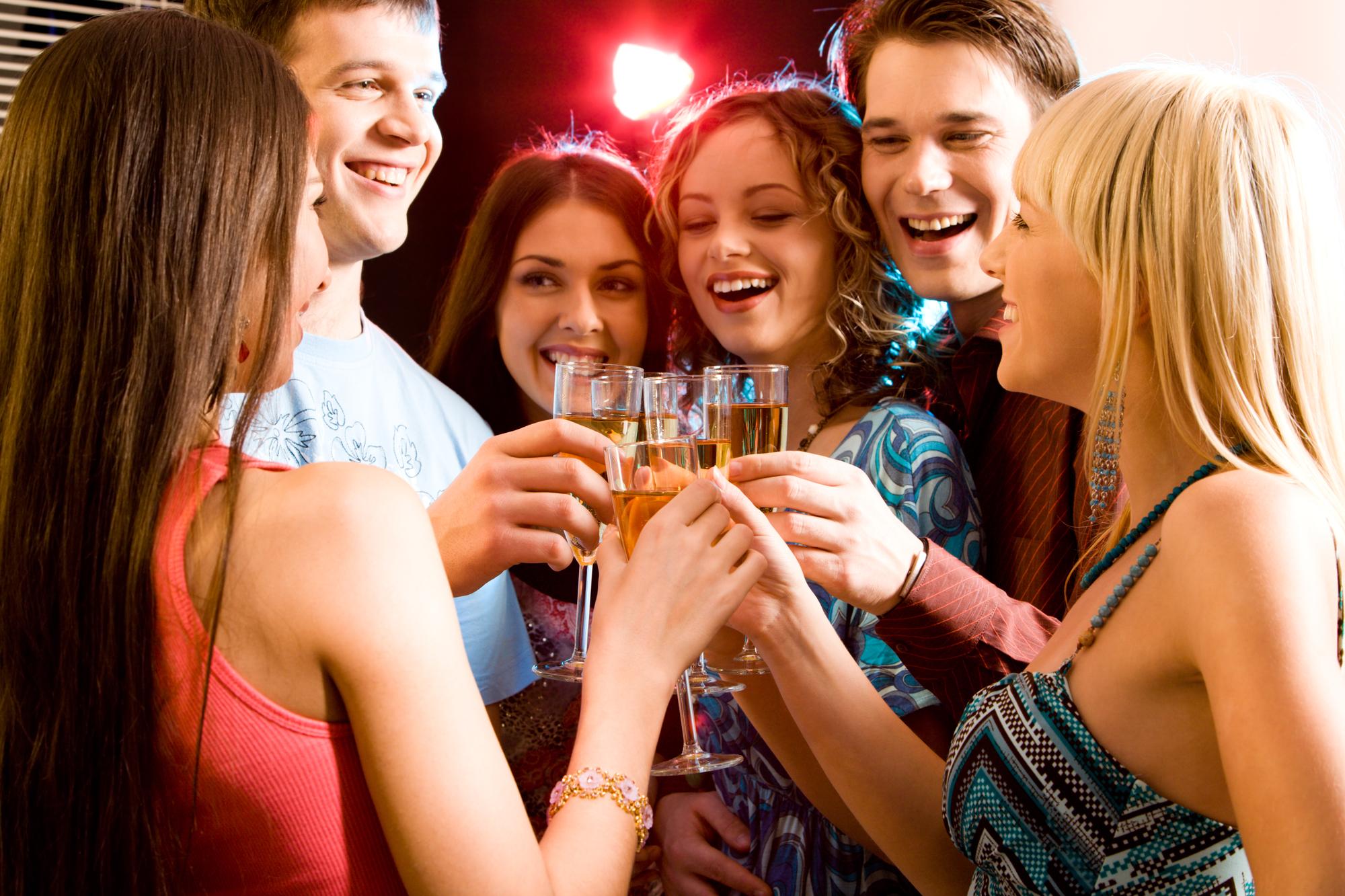 Исследователям удалось зарегистрировать изменения структур головного мозга юношей идевушек, злоупотреблявших алкоголем вподростковом возрасте.