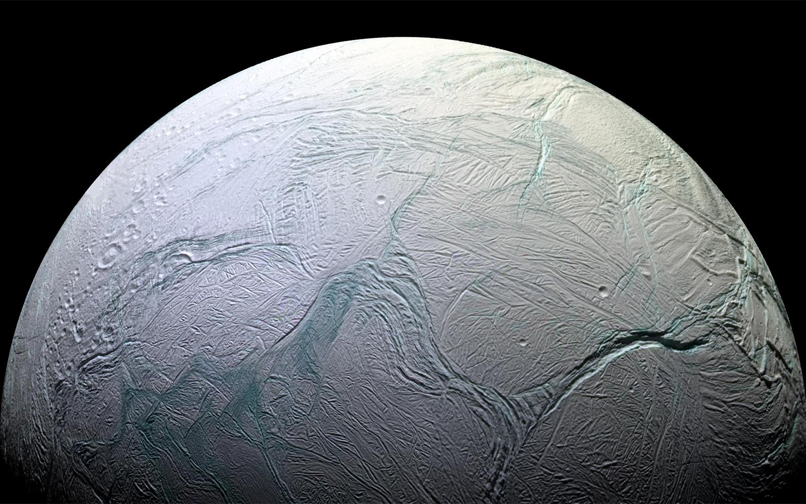 Спутник Юпитера Энцелад— ледяная планета, похожая наХот из «Звёздных войн».