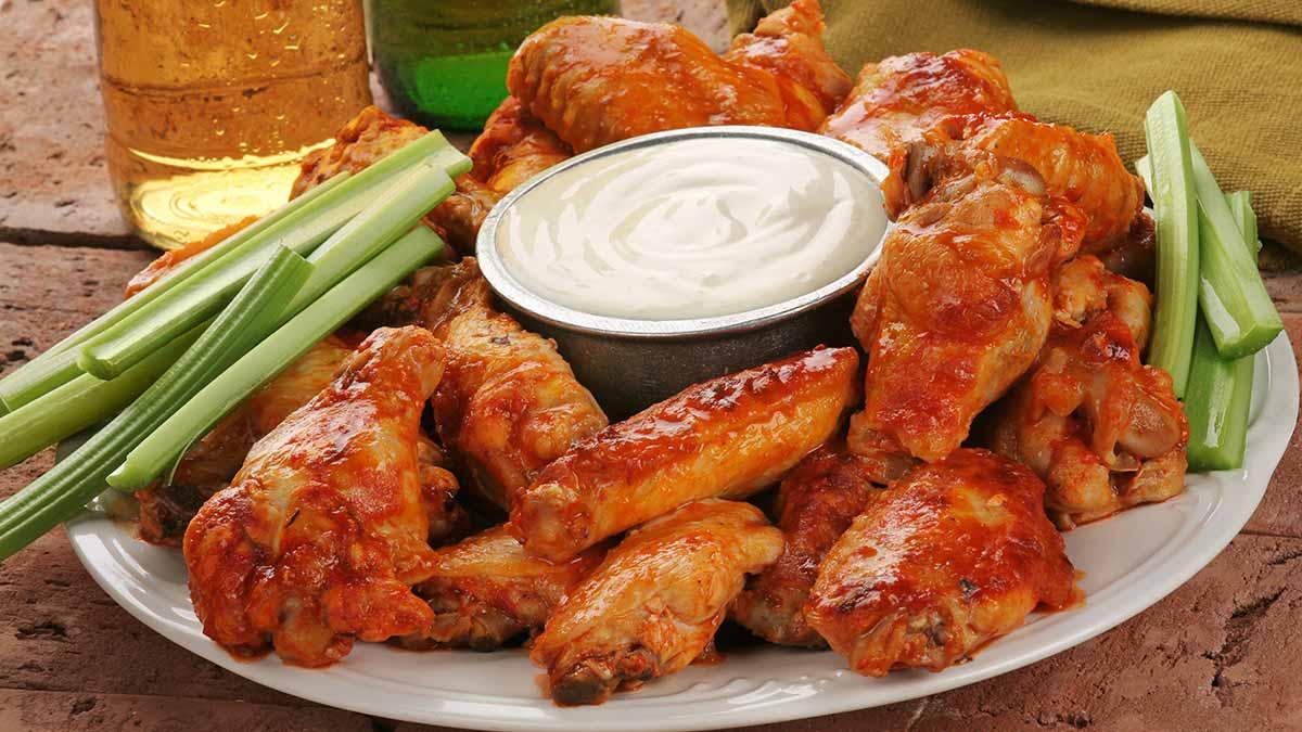 Входе соревнований по поеданию куриных крылышек участники исследования съели вчетверо больше, чем члены контрольной группы.