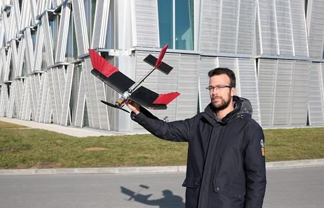 Благодаря «птичьим» крыльям новый дрон легко лавирует между препятствиями ипреодолевает встречный ветер.