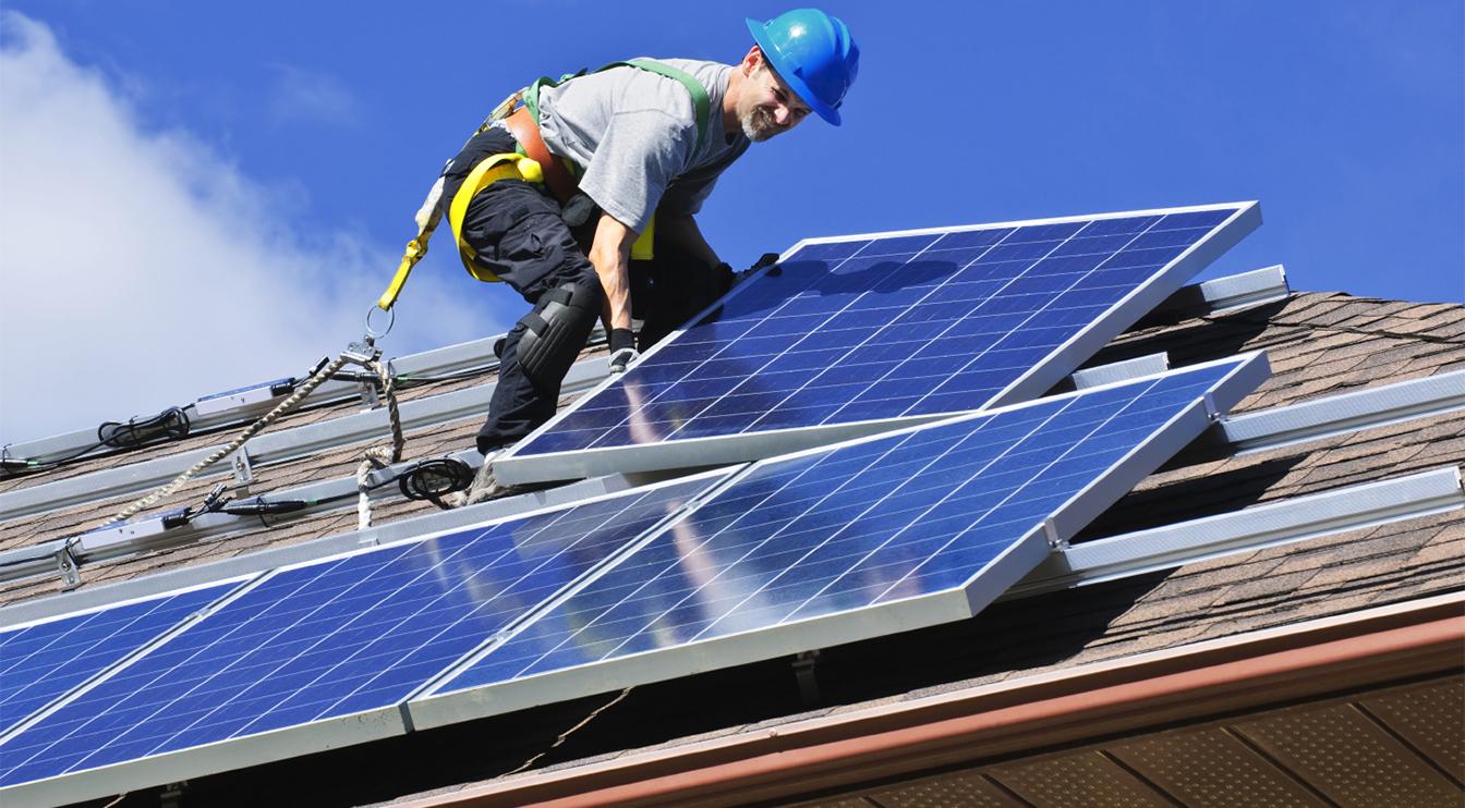 Впятидесятых, когда солнечные батареи только появились, мало кто мог их себе позволить. Теперь они стали относительно дешёвыми идоступными.