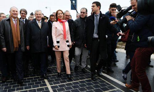 Министр экологии, устойчивого развития иэнергетики Сеголен Руаяль наоткрытии «солнечного шоссе».