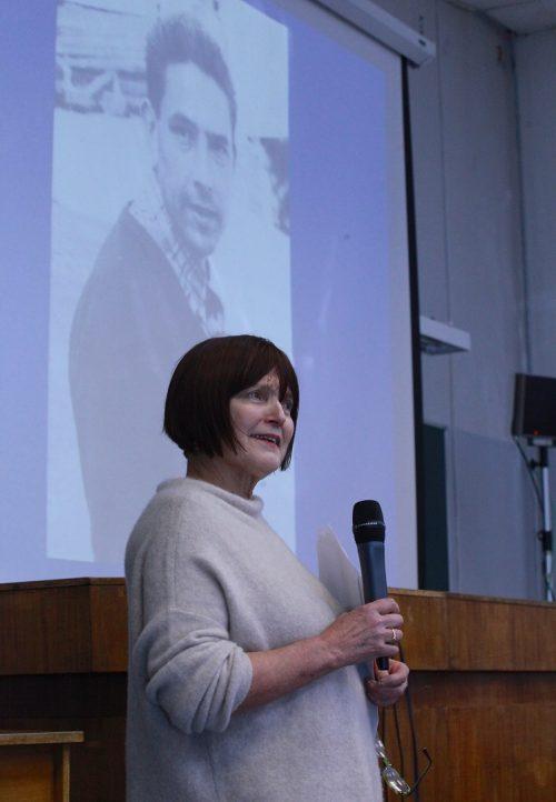 Сильвия Назар, автор книги «Игры разума», отвечает навопрос из зала.