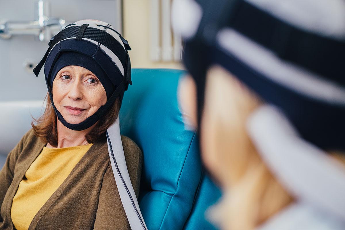 Пациентки во время использования системы предотвращения выпадения волос <i>Orbis Paxman</i>.
