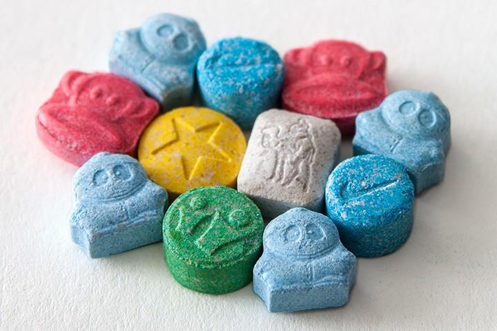 Негативное отношение кМДМА может быть связано споследствиями употребления Экстази, клубного наркотика, невсегда содержащего МДМА.