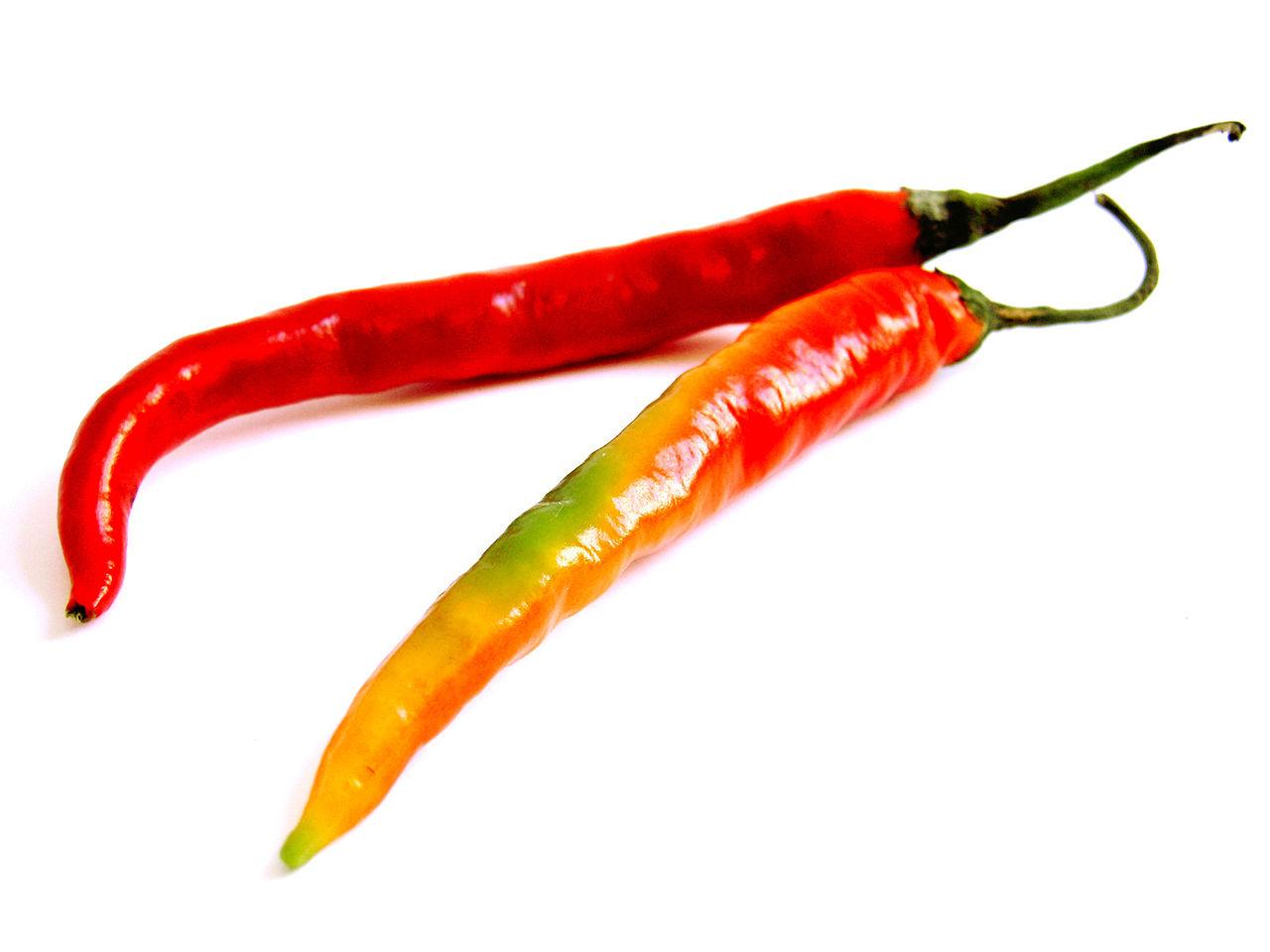 Название перца врусском языке созвучно сназванием страны Чили, однако происходит от «chilli» из астекских (ацтекских) языков науатль (современная Мексика) ипереводится как «красный».