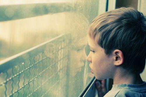 Дети, страдающие расстройствами аутистического спектра, испытывают сложности синициацией иподдержкой социальных связей. Кроме того, уних часто возникает потребность постоянно повторять одни ите же действия или движения, что также затрудняет общение со сверстниками