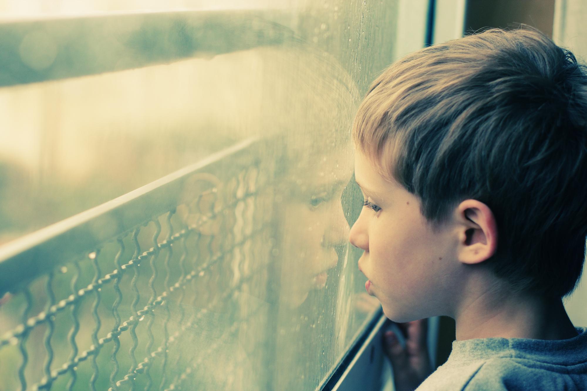 Дети, страдающие расстройствами аутистического спектра, испытывают сложности синициацией иподдержкой социальных связей. Кроме того, уних часто возникает потребность постоянно повторять одни ите же действия или движения, что также затрудняет общение со сверстниками.