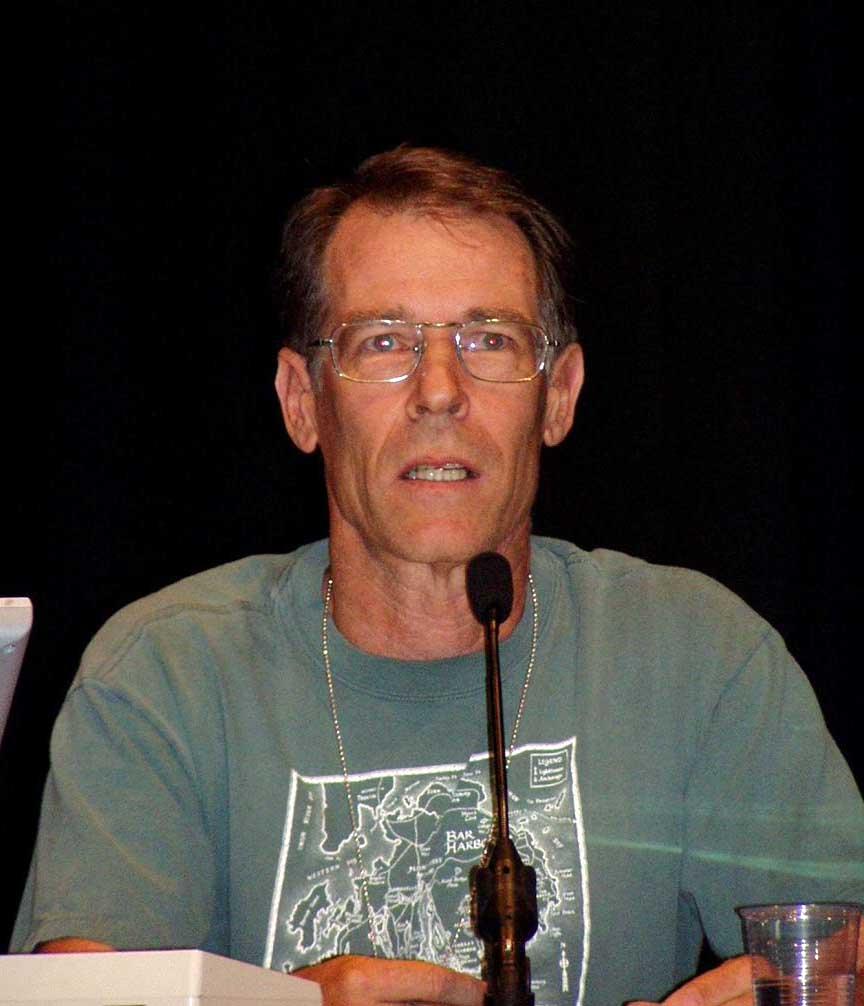 """Ким Стэнли Робинсон (Kim Stanley Robinson)— американский писатель-фантаст. Получил степень бакалавра по литературе вКалифорнийском университете Сан-Диего истепень магистра по английскому языку илитературе вБостонском университете. Наиболее известен как автор """"Марсианской трилогии""""— масштабного художественного описания колонизации итерраформирования Марса."""