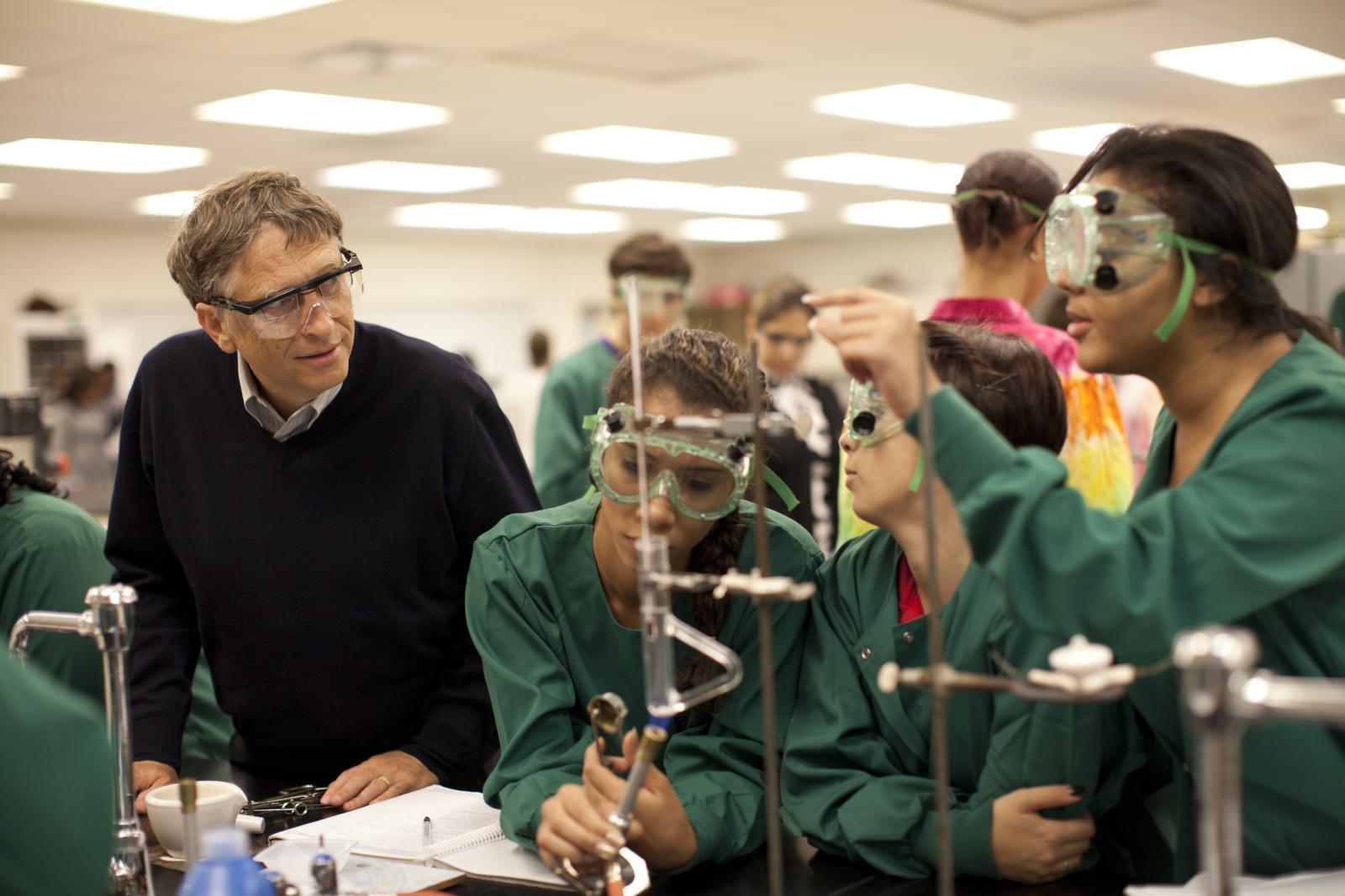 Фонд Билла иМелинды Гейтс занимается поддержкой иулучшением системы здравоохранения, атакже работой по борьбе сголодом вбедных странах. Помимо прочего, организация финансирует научные исследования.