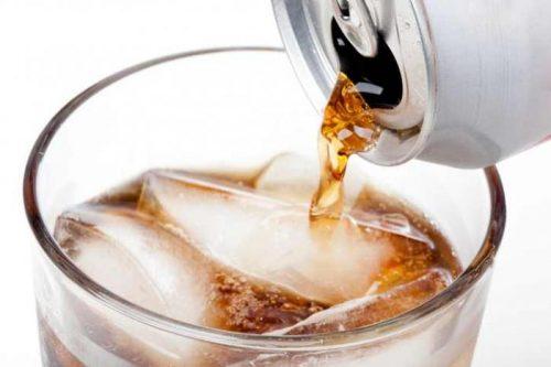 """На вкус """"диетические"""" напитки почти неотличаются от обычных. Возможно, что иих влияние наобменные процессы отличается меньше, чем хотелось бы производителям ипотребителям."""