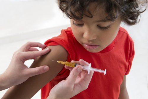 """Вакцины защищают даже непривитых, уменьшая вероятность контакта синфекцией. Но этот механизм работает только до тех пор, пока вокруг достаточно людей, получивших прививку иучаствующих всоздании т. н. """"коллективного иммунитета""""."""