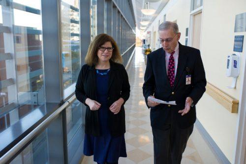Доктор Харриет Клюгер (слева) идоктор Стефан Ариян вОнкологическом госпитале Смайлоу (Нью-Хейвен). Доктор Клюгер, которая руководит клиническими исследованиями вобласти иммунотерапии, говорит, что такое лечение даёт шансы поправить здоровье, когда шансов почти нет.