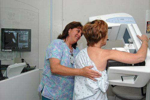 Изучить структуру груди можно входе обычной маммографии. Авот уменьшить плотность тканей без вреда для здоровья пока затруднительно.