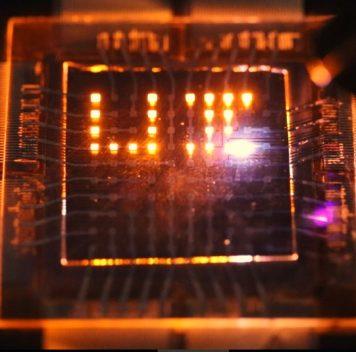 Новые светодиодные матрицы реагируют нажесты изаряжаются от света