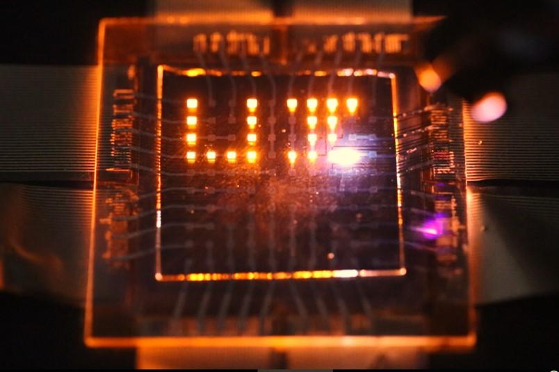 Нановой светодиодной матрице можно писать спомощью лазерной указки.