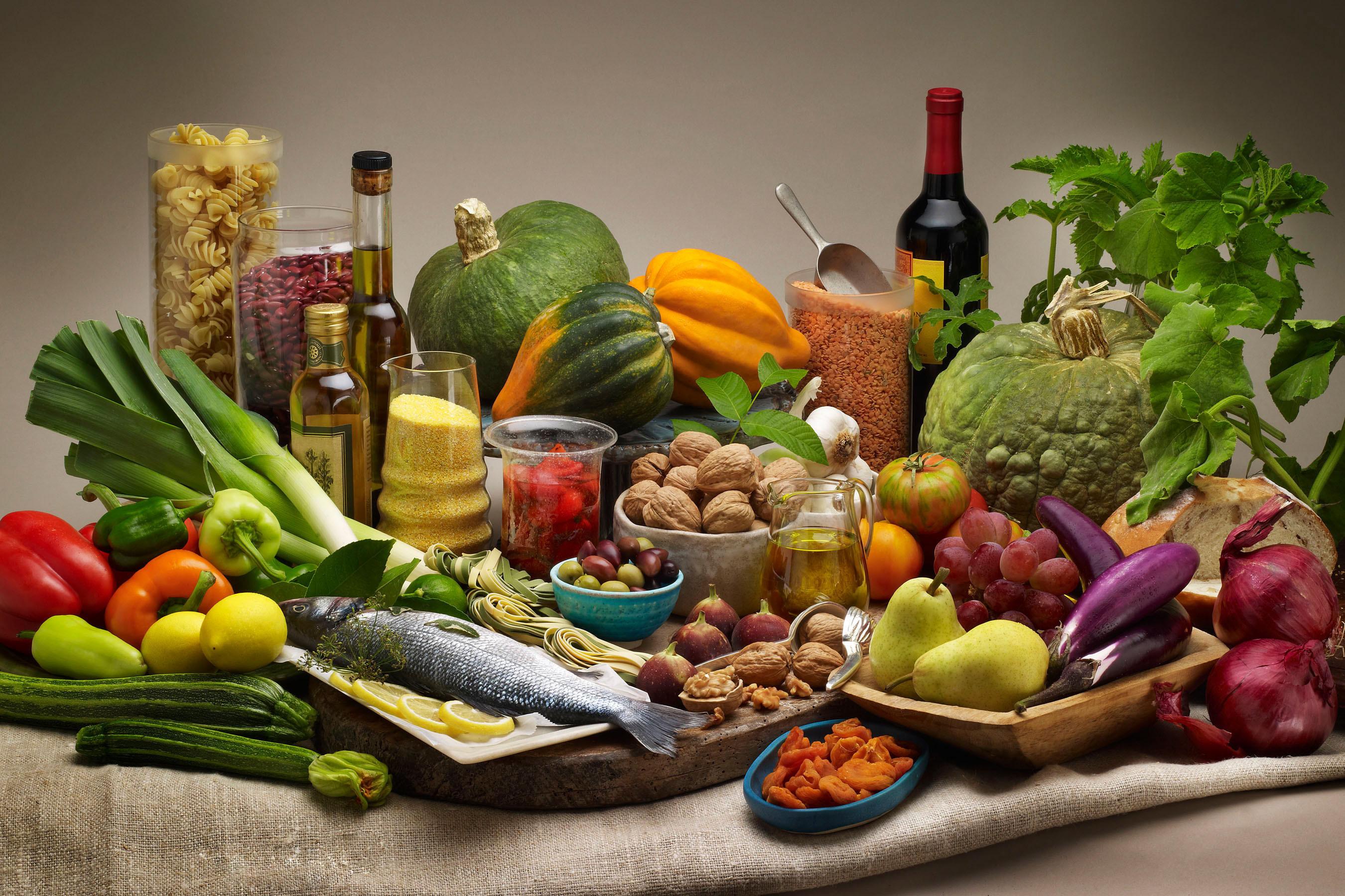 Средиземноморская диета предполагает, что врационе присутствуют овощи, фрукты ирыба. Добавление кэтой диете оливкового масла, как оказалось, может улучшить работу «хорошего холестерина».