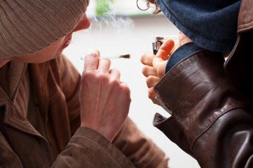 """Синтетические каннабиноиды или """"спайсы"""" часто предлагаются как легальная ибезопасная альтернатива марихуане. Однако эта реклама несоответствует действительности."""