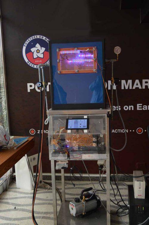Эта установка поддерживает условия, близкие кмарсианским. Внутри растёт картофель, ипроцесс вреальном времени транслируется насайт проекта. Источник: International Potato Center.