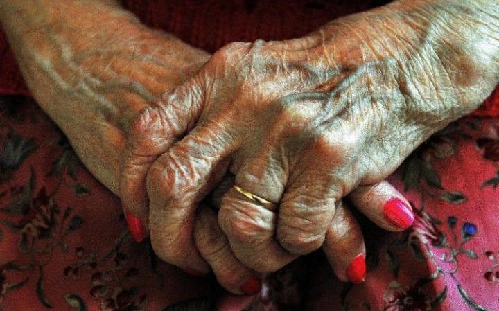 Ревматоидный артрит связан сповышением вероятности развития сосудистой деменции. Аот болезни Альцгеймера он вкакой-то мере защищает.