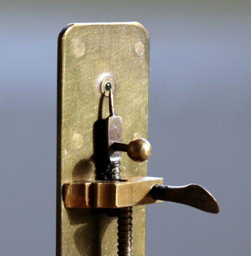 Один из дошедших до наших дней микроскопов, созданных Антони ван Левенгуком.