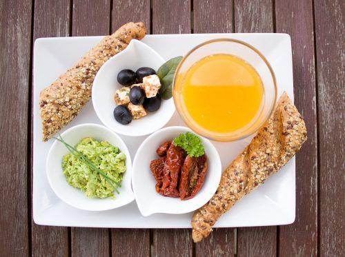 Диетологи считают, что врационе здорового человека должны присутствовать овощи, фрукты ипродукты из цельных злаков, содержащие, втом числе, глютен.