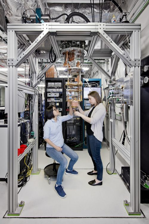 Внутри рефрижератора влаборатории IBM Q. Источник: IBM Research.