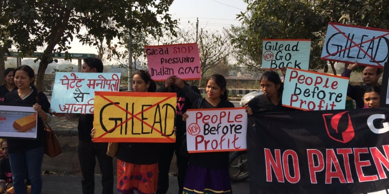 Индийские активисты протестуют против высоких цен напрепараты от гепатита C.