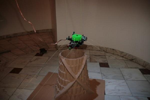 Подвесной 3D-принтер за работой.