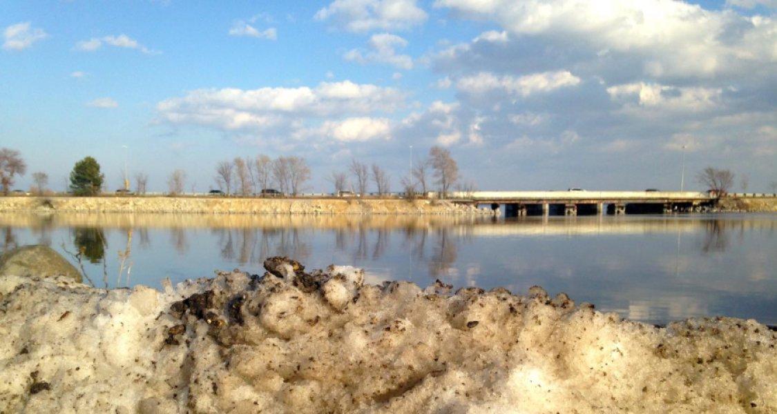 Озеро Монона, Мадисон, штат Висконсин. Один из водоёмов, вкотором увеличивается минерализация воды из-за загрязнения дорожными реактивами.