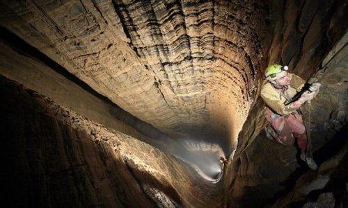 Пещера Крубера (Воронья), максимальная глубина— 2199 м.