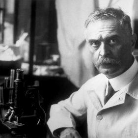 Карл Ландстейнер в своей лаборатории.